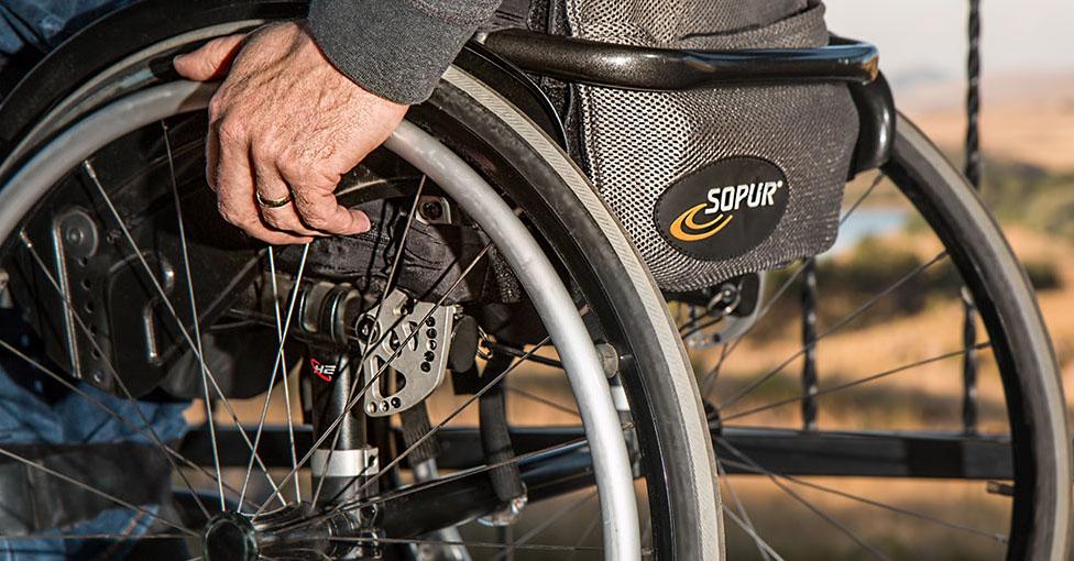 Fragment van man in rolstoel