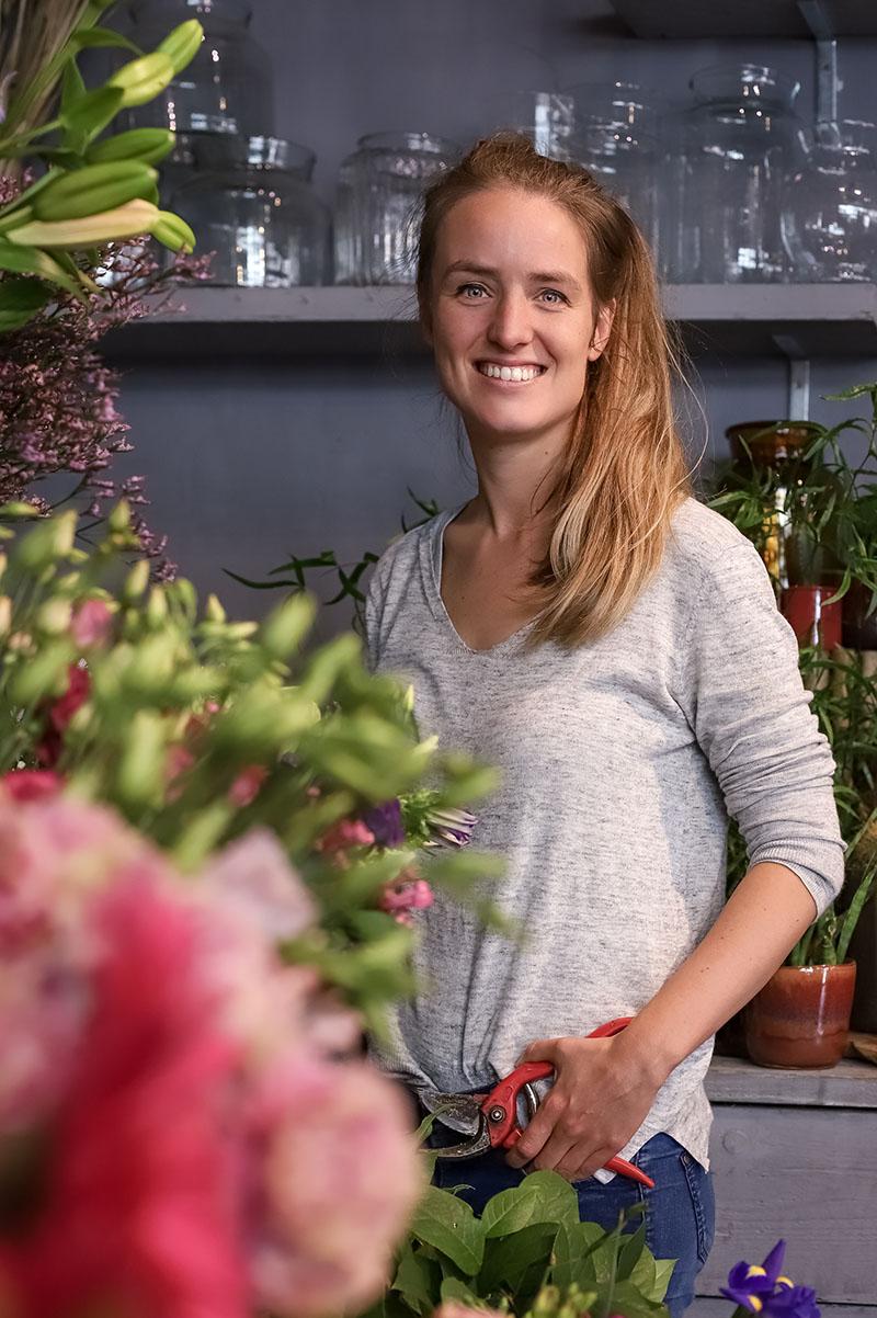 Marieke Verhees in haar bloemenwinkel