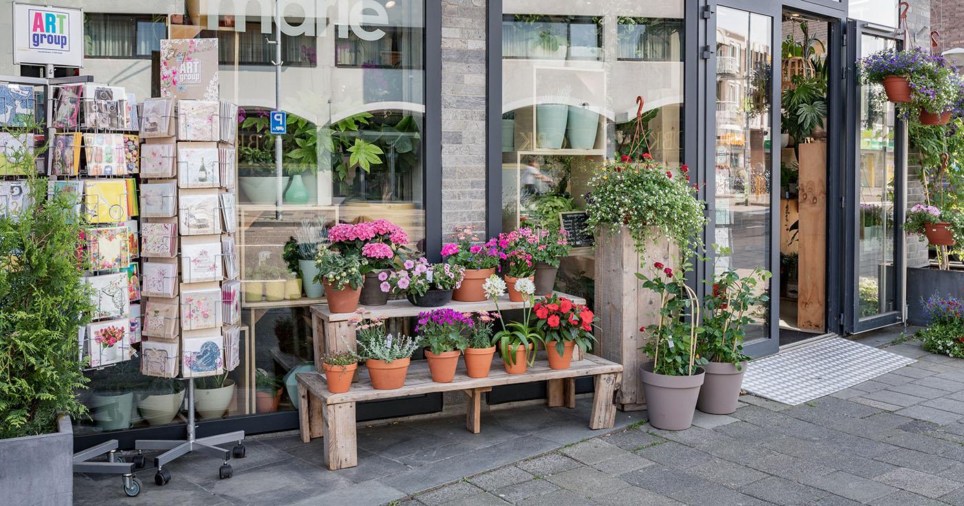 Voorkant en ingang van bloemenwinkel Bloemmarie