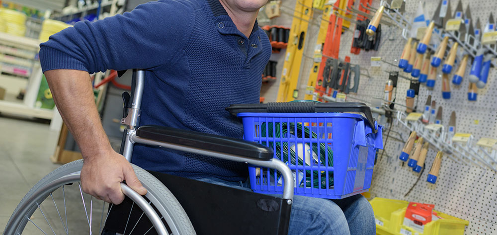 Man in rolstoel in een doe-het-zelf-winkel