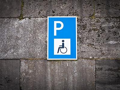 Muur met bordje parkeerplaats gehandicapten