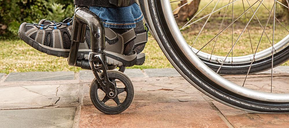 Fragment van man in een rolstoel