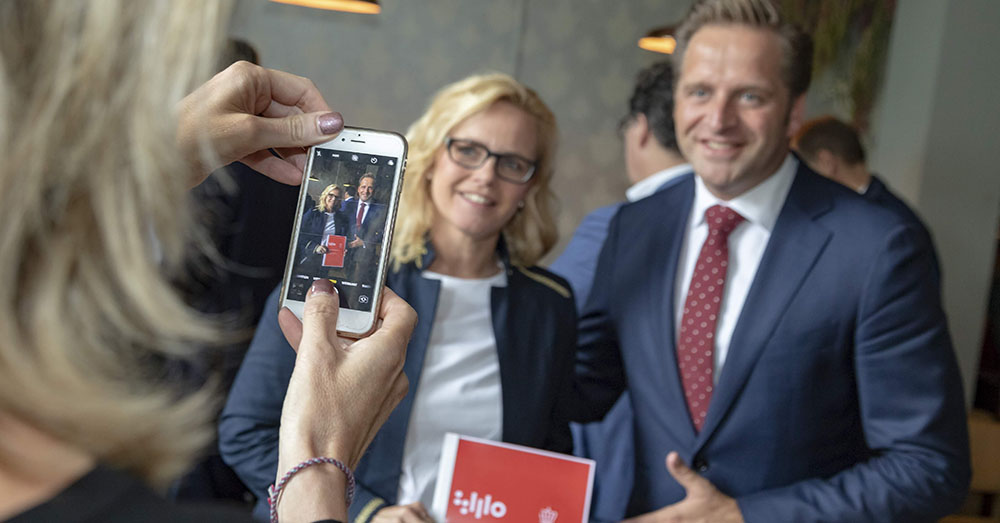 Minister Hugo de Jonge met Agnes Holtjes van Koninklijke Horeca Nederland