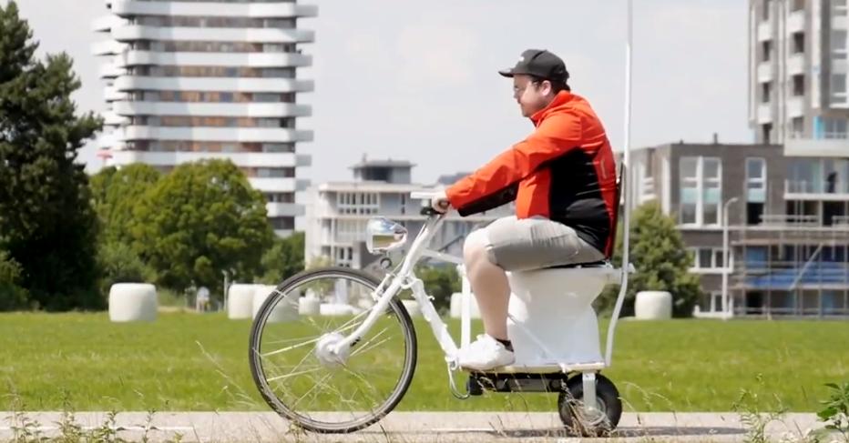 Man op een fiets met een ingebouwd toilet.