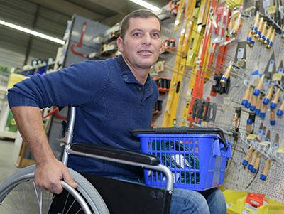 Een klant met een rolstoel in de bouwmarkt
