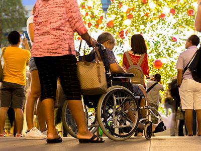 Met ene rolstoel bij een evenement