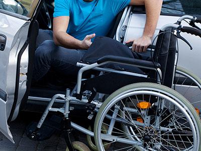 rolstoel in auto op parkeerplaats