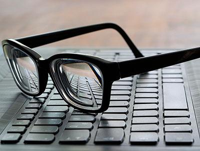 Bril op toetsenbord laptop