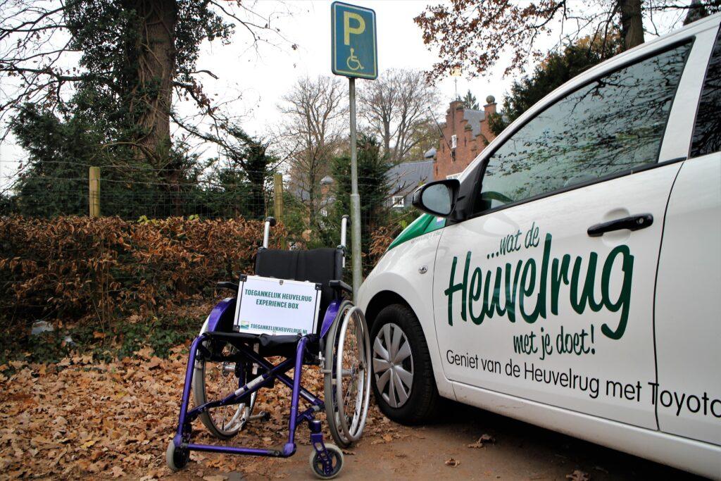 Foto van een rolstoel bij een auto