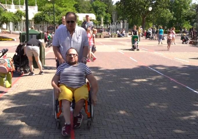 Foto van Bertus de Leeuw in een rolstoel samen met zijn vader