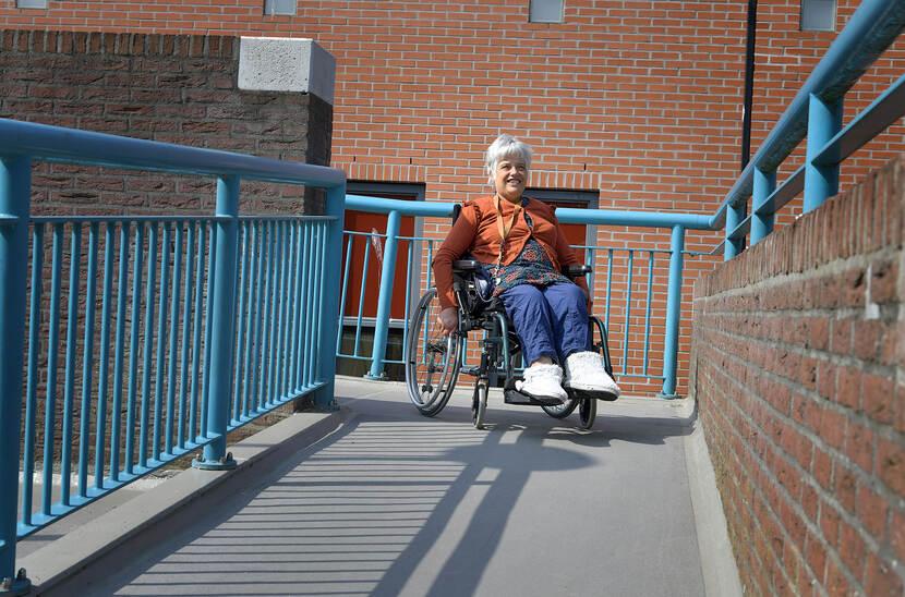 Foto van Aafke Cnossen in een rolstoel