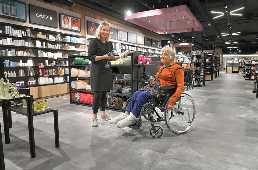 Foto van Aafke Cnossen in de Winkelhof met een medewerkster van de Beauty XL